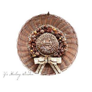 籐編み帽子の木の実飾り