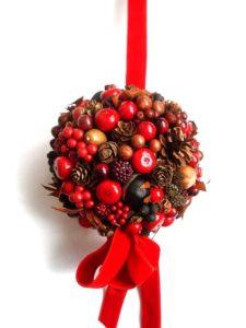 赤い木の実の球飾り